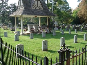 800px-Niagara-on-the-Lake_Polish_Military_Cemetery_3